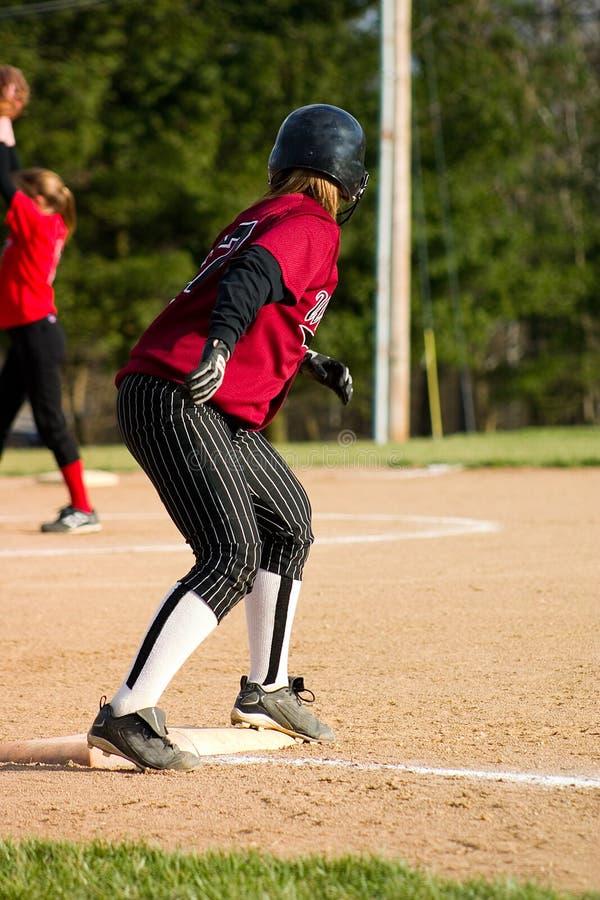 Jugador de beísbol con pelota blanda femenino imagenes de archivo