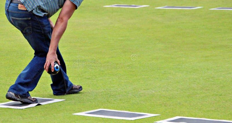 Jugador de bolos en bowling green imagen de archivo