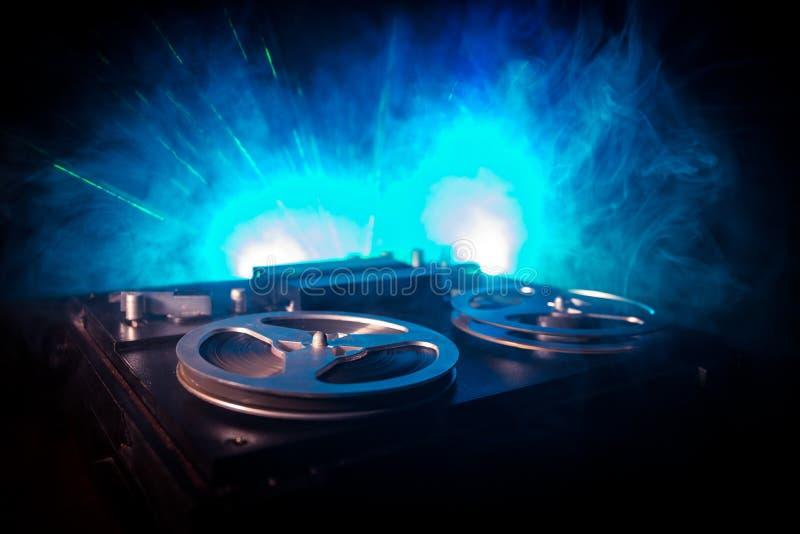 Jugador de carrete y registrador del viejo vintage en fondo de niebla entonado oscuro Jugador de registrador abierto del magnet?f fotografía de archivo libre de regalías
