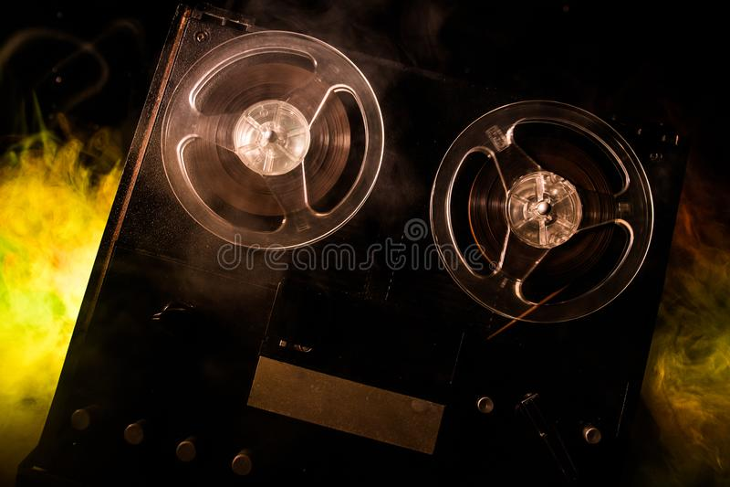 Jugador de carrete y registrador del viejo vintage en fondo de niebla entonado oscuro Jugador de registrador abierto del magnet?f fotos de archivo