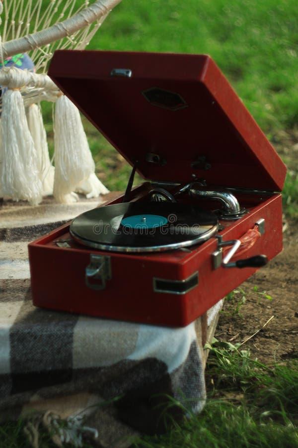 Jugador de disco de vinilo de la placa giratoria del vintage en fondo de la naturaleza Pedestal de madera Equipo de audio retro imagenes de archivo