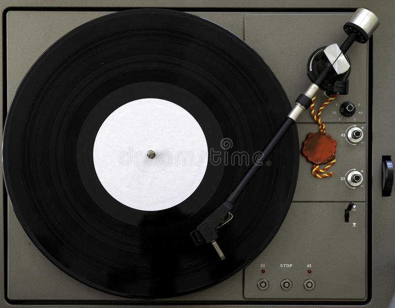 Jugador de disco de vinilo de la placa giratoria en los tableros de madera blancos del fondo foto de archivo