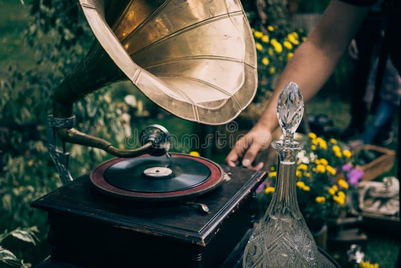 Jugador de disco de vinilo de la placa giratoria o gramófono del vintage Equipo de audio retro para el disco del vinilo imagen de archivo libre de regalías