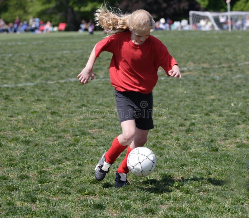 Jugador de fútbol adolescente de la juventud que golpea la bola con el pie (2) fotografía de archivo
