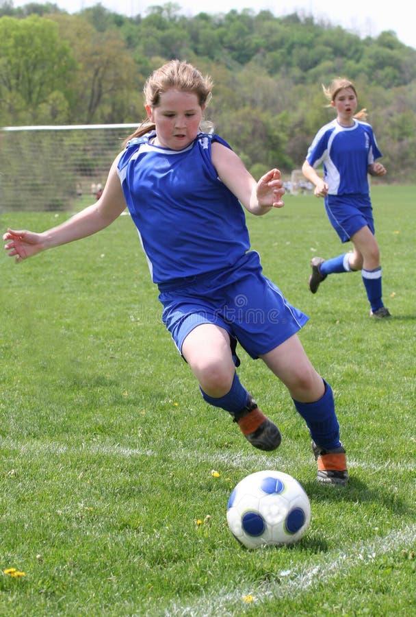Jugador de fútbol adolescente de la muchacha en la acción 2 imagenes de archivo