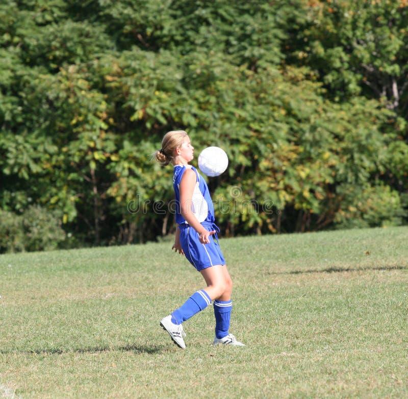 Jugador de fútbol adolescente de la muchacha en la acción 3 fotos de archivo