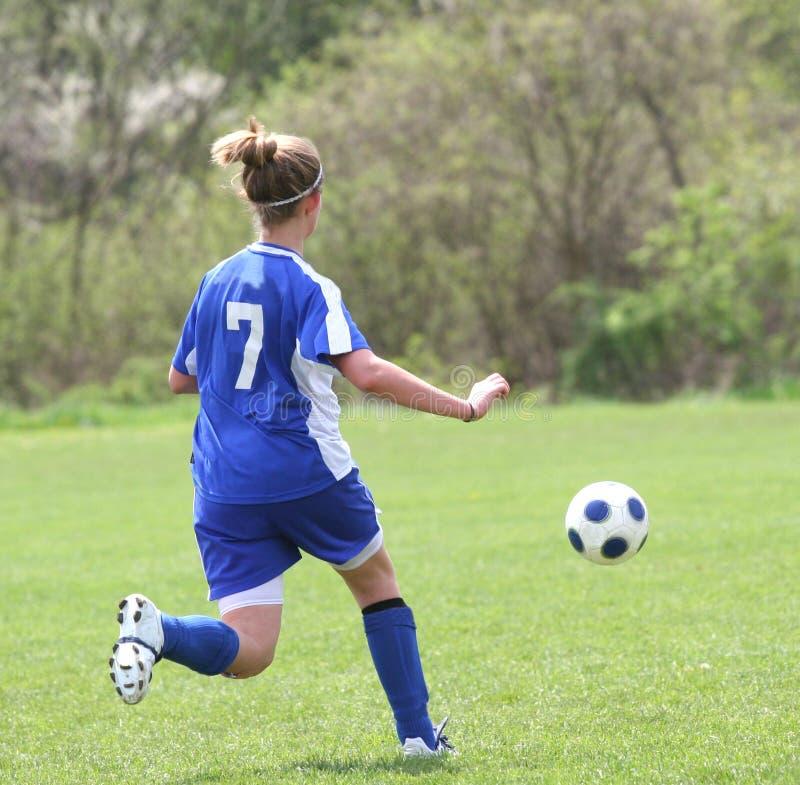 Jugador de fútbol adolescente de la muchacha en la acción 5 fotografía de archivo