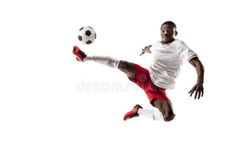 Jugador de fútbol africano profesional del fútbol aislado en el fondo blanco fotografía de archivo libre de regalías