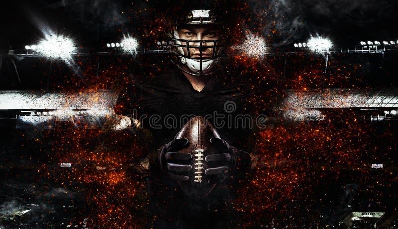 Jugador de fútbol americano, atleta en casco con la bola en fondo negro Papel pintado del deporte con el copyspace imagen de archivo