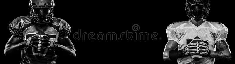 Jugador de fútbol americano, deportista en casco en fondo oscuro Foto blanco y negro de Pek?n, China Papel pintado del deporte imagenes de archivo