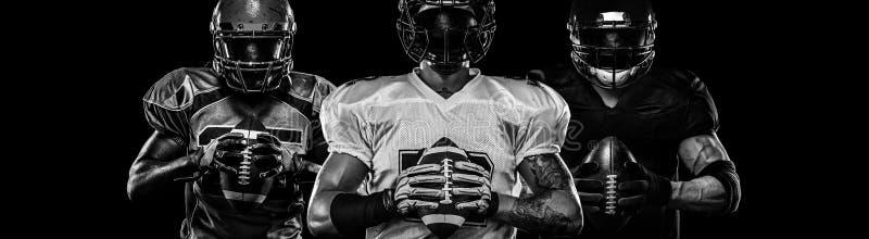 Jugador de fútbol americano, deportista en casco en fondo oscuro Foto blanco y negro de Pek?n, China Papel pintado del deporte fotos de archivo libres de regalías