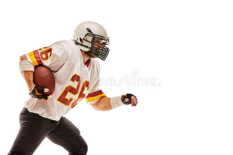 Jugador de fútbol americano en el movimiento con la bola en un fondo blanco con una línea ligera, espacio de la copia El concepto imagenes de archivo