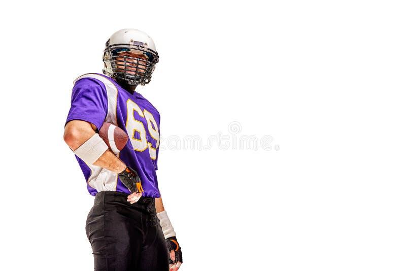 Jugador de fútbol americano en las actitudes uniformes para la cámara Atleta hermoso en fondo blanco aislado uniforme copia imágenes de archivo libres de regalías