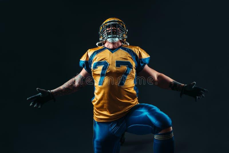 Jugador de fútbol americano en uniforme y casco fotografía de archivo