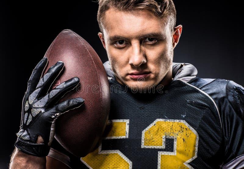 Jugador de fútbol americano que celebra la bola foto de archivo