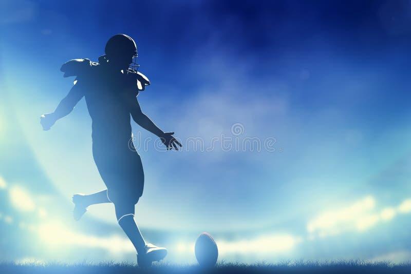 Jugador de fútbol americano que golpea la bola con el pie, saque de centro imagenes de archivo