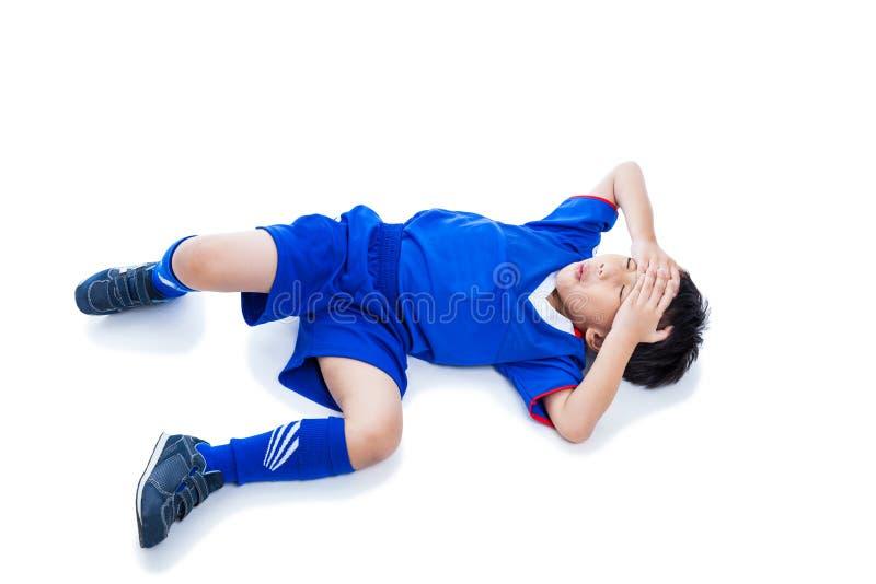 Jugador de fútbol asiático de la juventud con doloroso Aislado en blanco foto de archivo