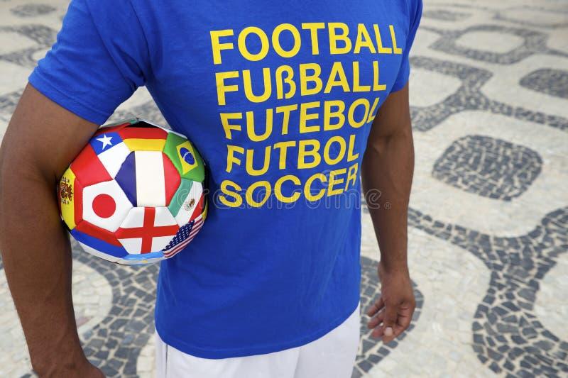 Jugador de fútbol brasileño con la camisa y la bola internacionales del fútbol imagen de archivo