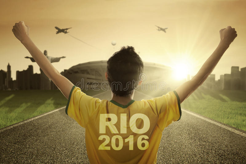 Jugador de fútbol con el texto de Río 2016 en la calle imagen de archivo libre de regalías