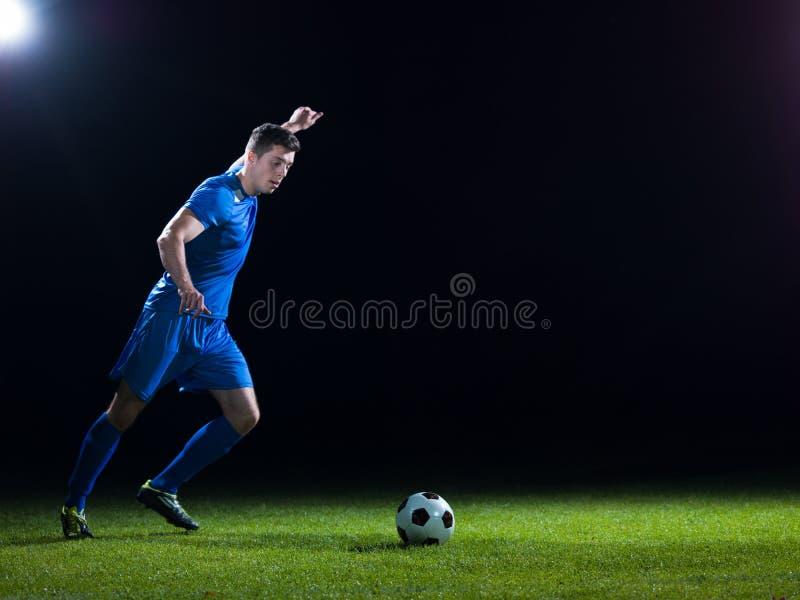 Jugador de fútbol con la bola imagen de archivo