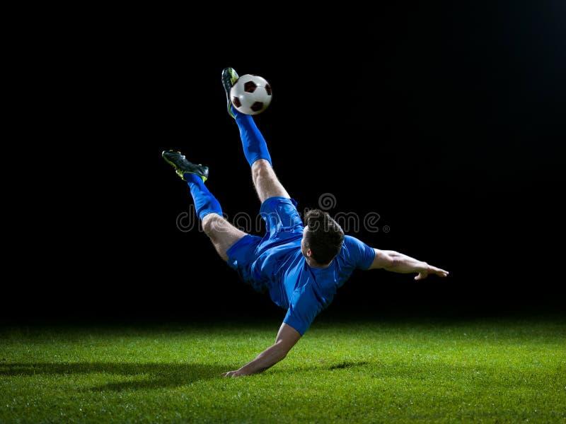 Jugador de fútbol con la bola fotografía de archivo libre de regalías