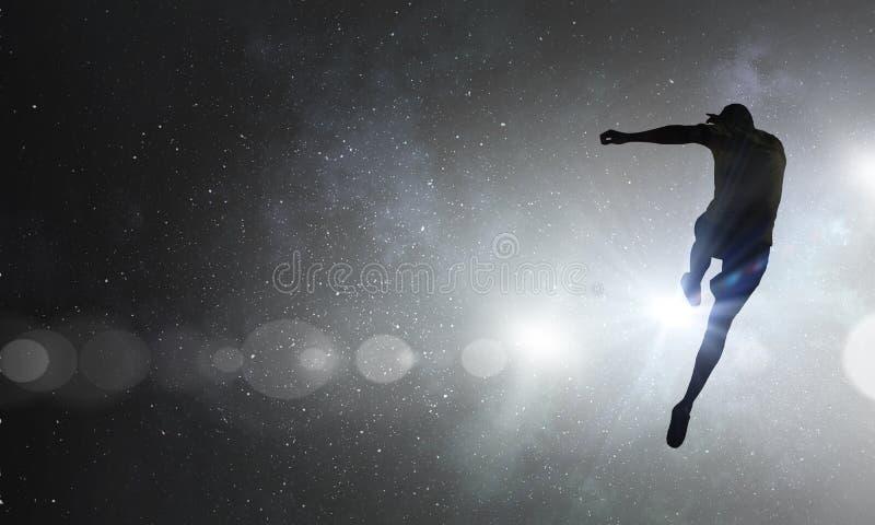 Jugador de fútbol con la bola al aire libre fotos de archivo libres de regalías