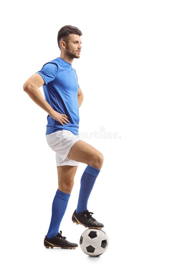 Jugador de fútbol con un fútbol que espera en línea fotos de archivo