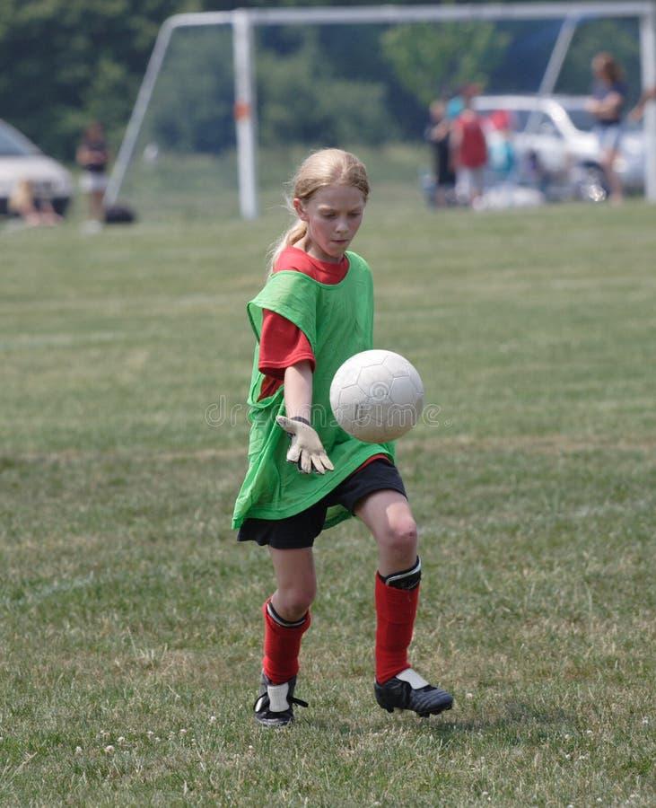 Jugador de fútbol de la juventud en la acción foto de archivo libre de regalías