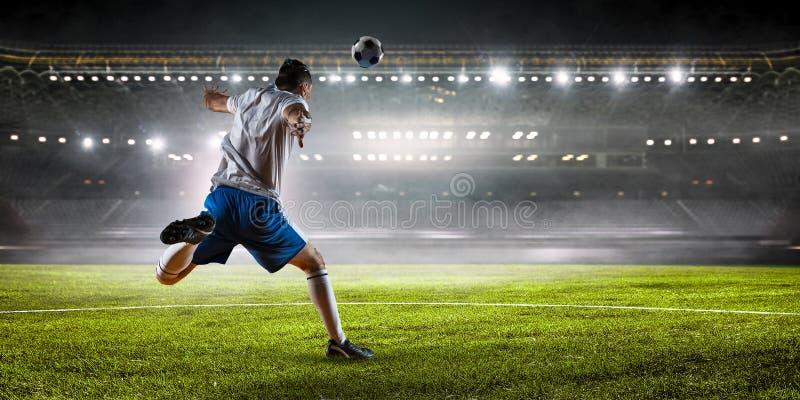 Jugador de fútbol en el estadio Técnicas mixtas imagen de archivo libre de regalías
