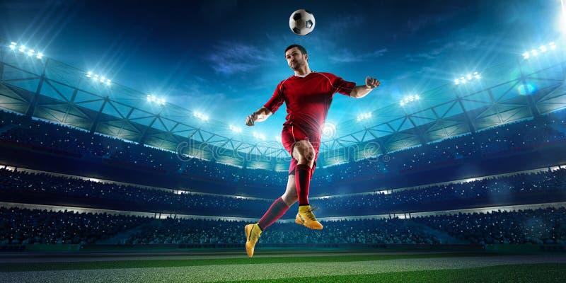 Jugador de fútbol en panorama de la acción fotografía de archivo
