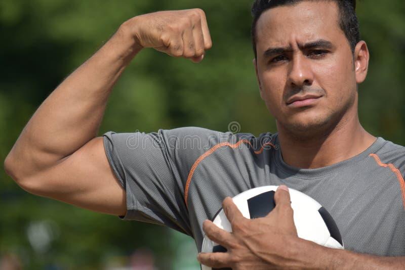 Jugador de fútbol fuerte muscular del varón adulto foto de archivo libre de regalías