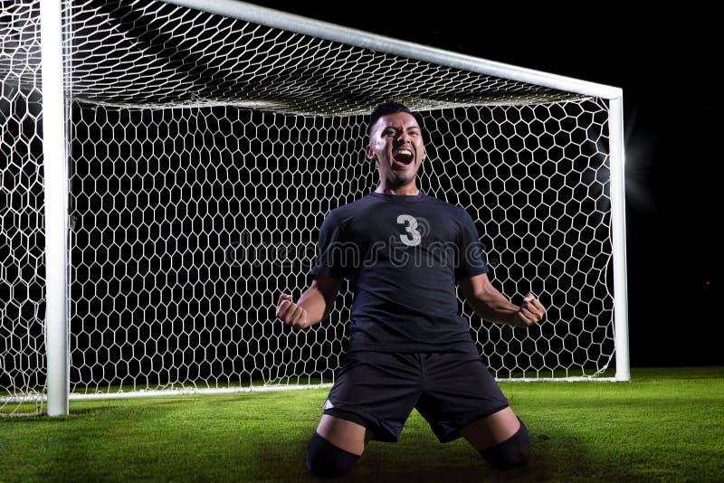 Jugador de fútbol hispánico que celebra una meta fotos de archivo libres de regalías