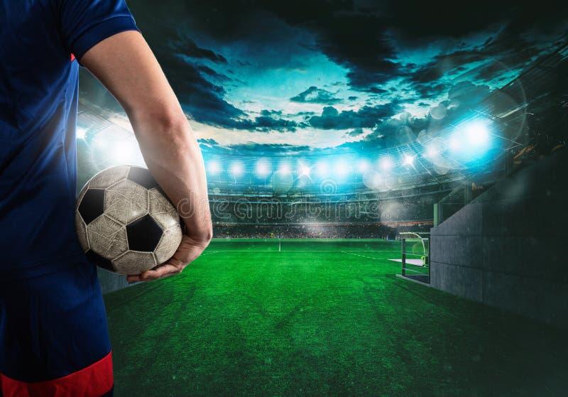 Jugador de fútbol listo para jugar con la bola en sus manos en la salida del túnel del vestuario fotos de archivo libres de regalías