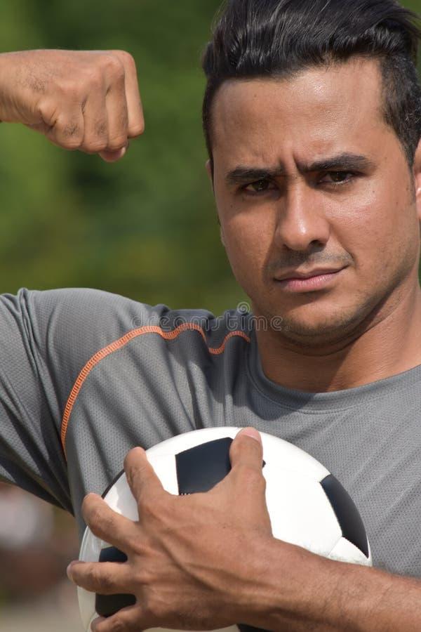 Jugador de fútbol muscular fuerte del varón adulto foto de archivo libre de regalías