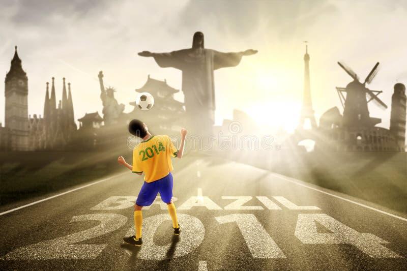 Jugador de fútbol que dirige la bola al Brasil foto de archivo