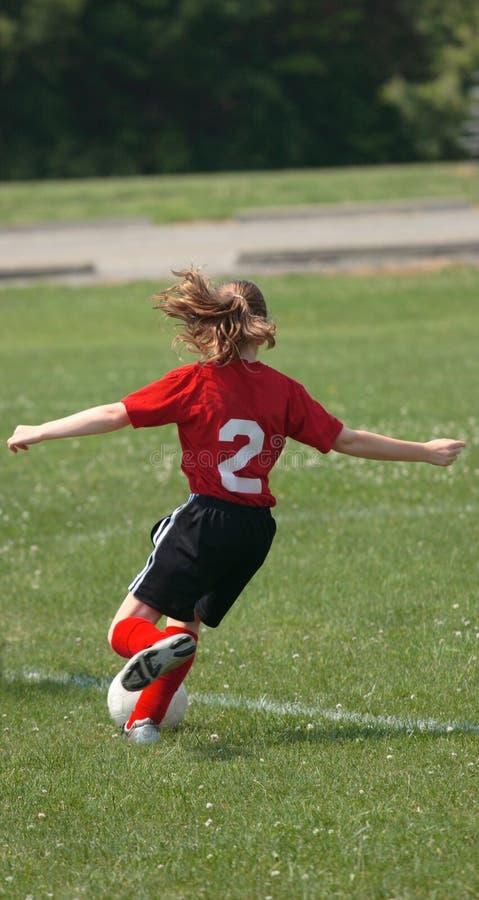 Jugador de fútbol que golpea la bola con el pie 3 fotografía de archivo