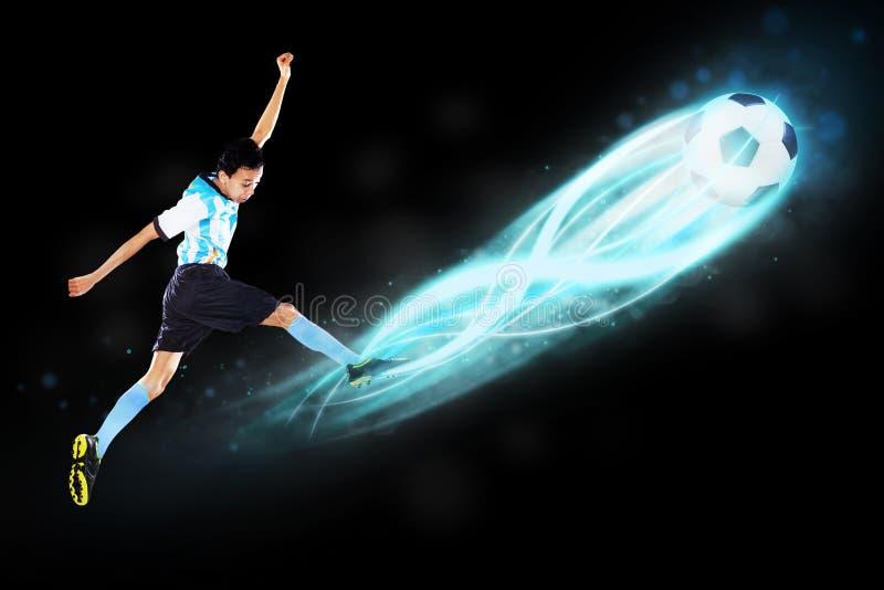 Jugador de fútbol que golpea la bola con el pie 1 fotografía de archivo