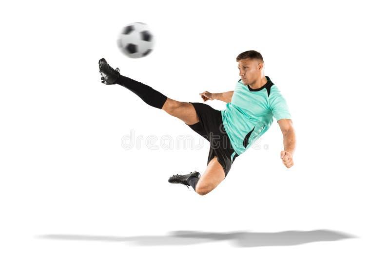 Jugador de fútbol que golpea la bola con el pie en el aire aislado en blanco imágenes de archivo libres de regalías