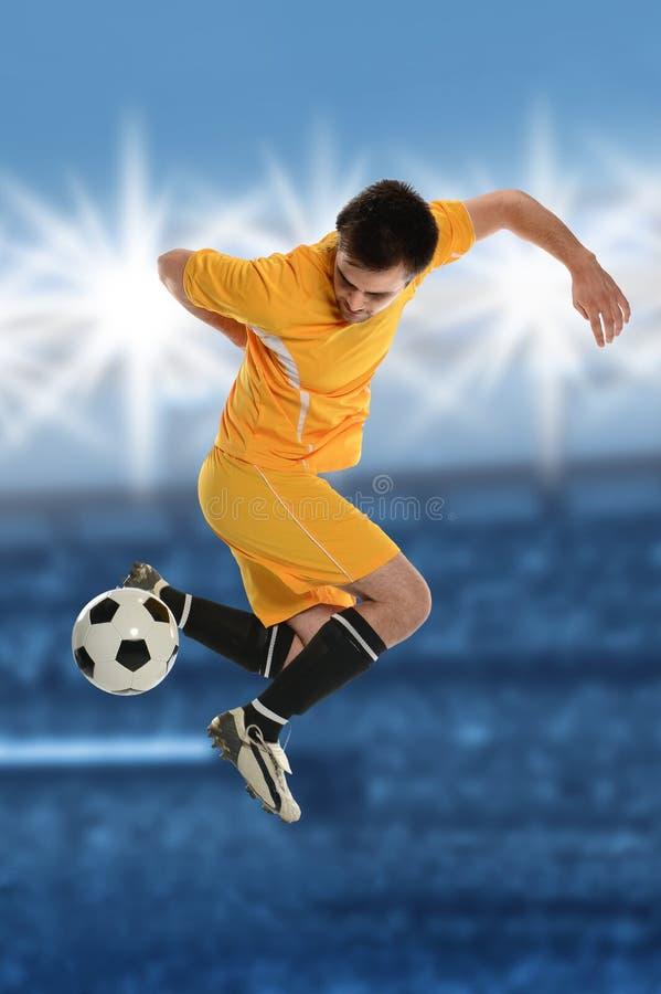 Jugador de fútbol que hace retroceso trasero imagenes de archivo