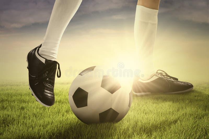 Jugador de fútbol que juega una bola foto de archivo libre de regalías