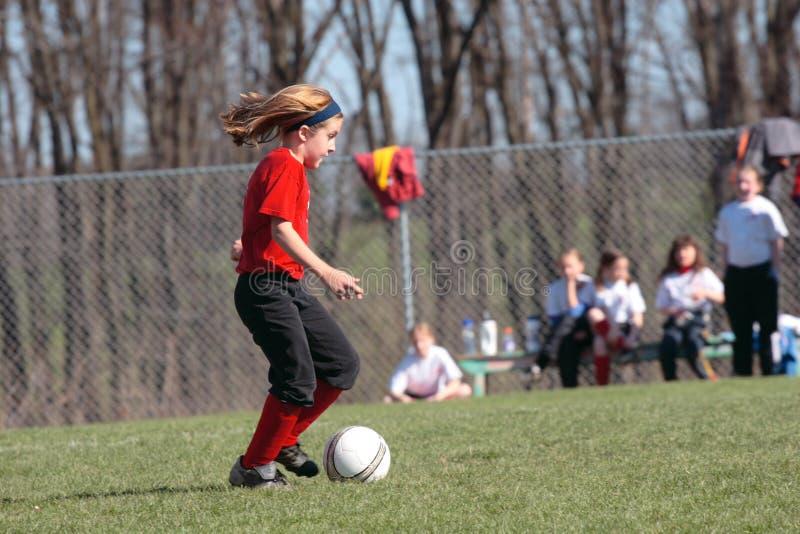 Jugador de fútbol que persigue la bola 2 foto de archivo libre de regalías