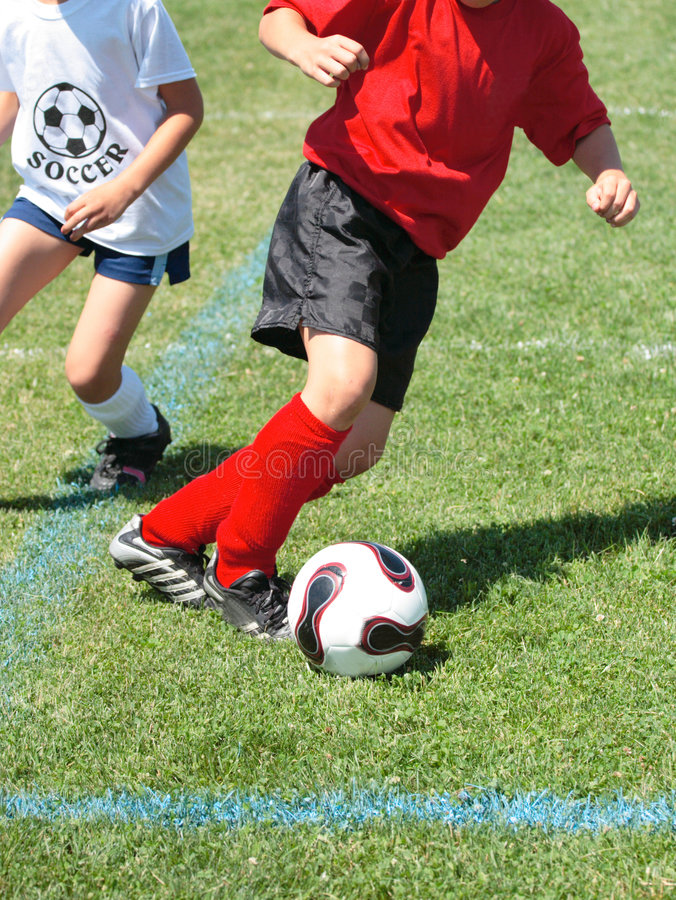 Jugador de fútbol que persigue la bola   imagen de archivo