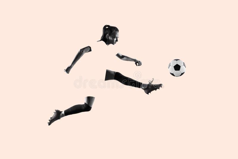 Jugador de fútbol de sexo femenino que golpea la bola con el pie, collage creativo imágenes de archivo libres de regalías