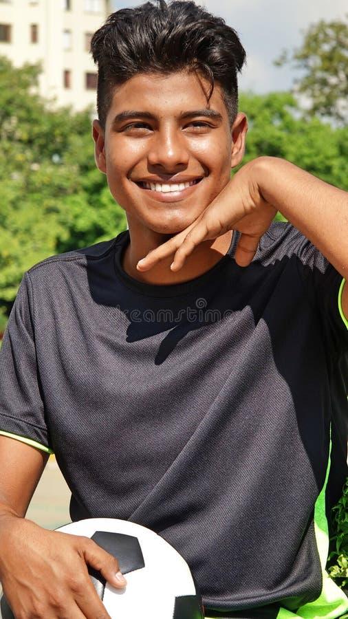 Jugador de fútbol de sexo masculino deportivo feliz imagen de archivo