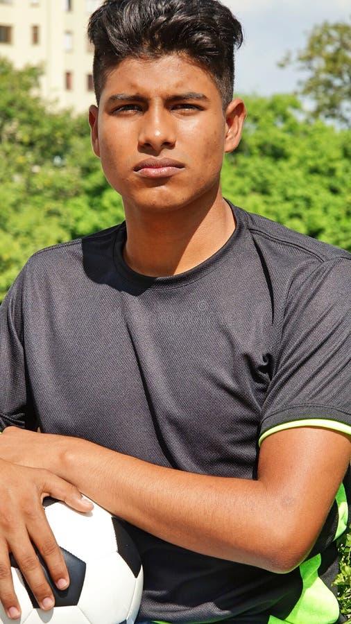 Jugador de fútbol de sexo masculino deportivo impasible fotografía de archivo libre de regalías