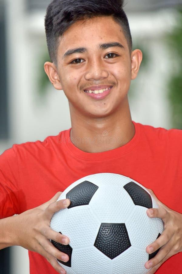 Jugador de fútbol de sexo masculino filipino sonriente con el balón de fútbol fotos de archivo libres de regalías