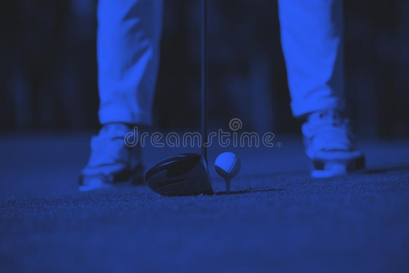 Jugador de golf que golpea el tiro imagen de archivo libre de regalías