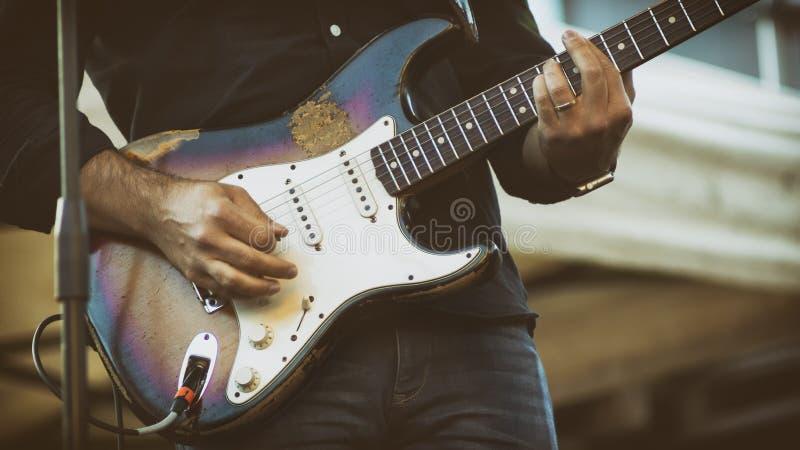 Jugador De Guitarra Eléctrica En Un Gig Al Aire Libre foto de archivo libre de regalías