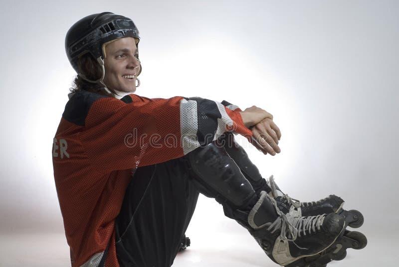 Jugador de hockey asentado - horizontal fotos de archivo libres de regalías