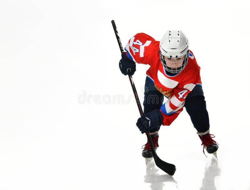 Jugador de hockey del muchacho en la silueta del estudio aislada en el fondo blanco imagen de archivo